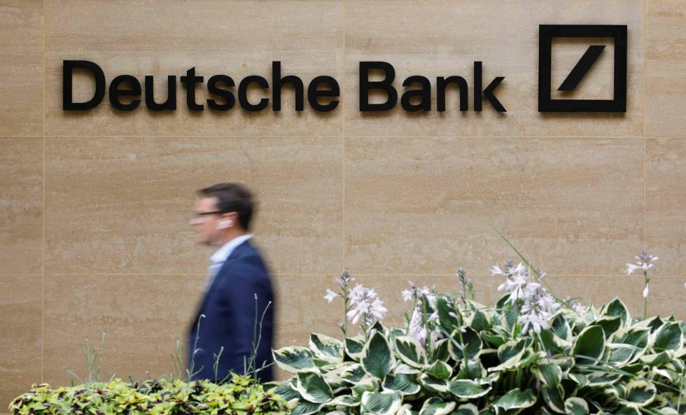 Un viandante pasa por delante de una oficina del Deutsche Bank en el centro de Londres.