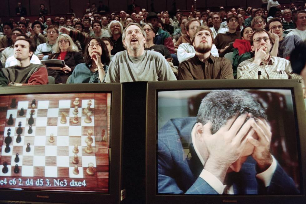 Entusiastas del ajedrez siguen sorprendidos la partida entre la máquina Deep Blue de IBM y el campeón del mundo, Gary Kasparov, que aparece en el monitor desesperado.