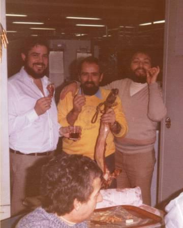 José Manuel Grandela, primero por la izquierda, y Carlos González, derecha, junto a otros compañeros en la estación de Fresnedillas en 1983.