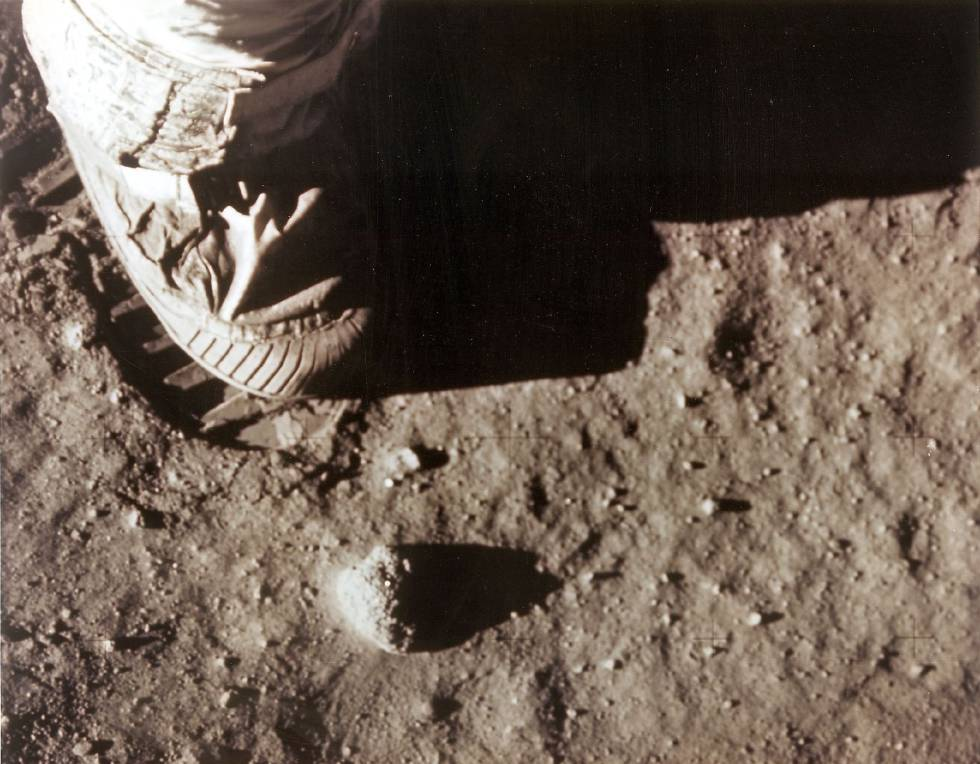 El pie derecho de Neil Armstrong deja su huella en la Lunta el 20 de julio de 1969