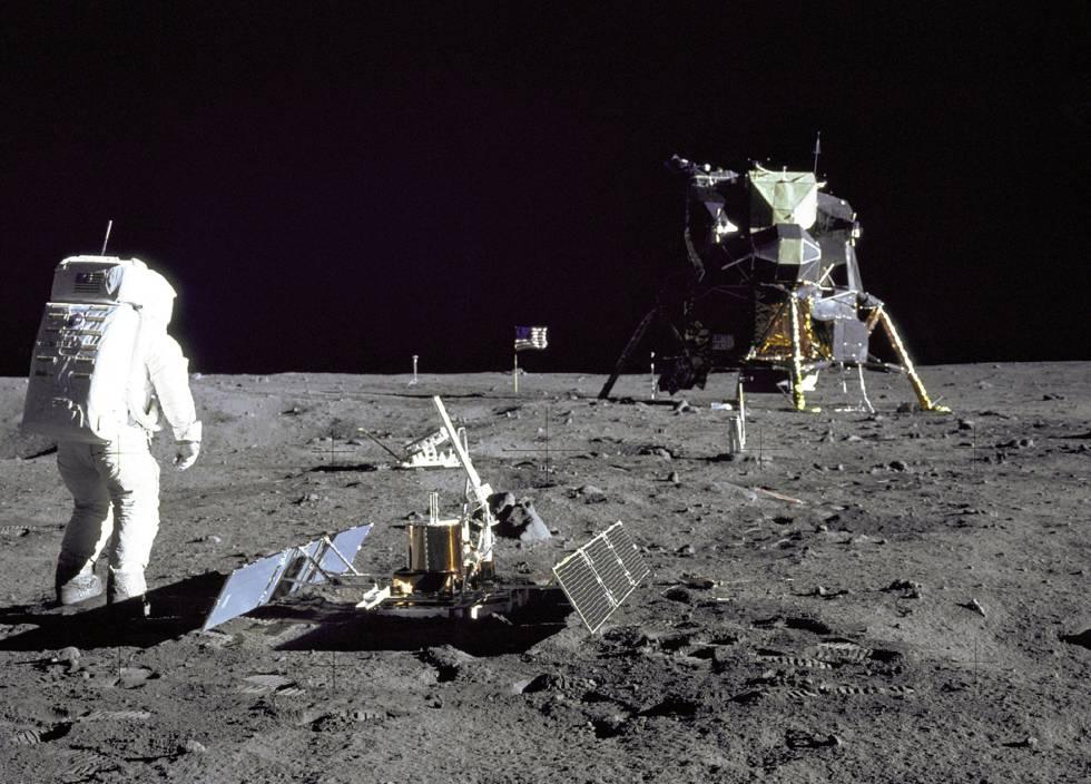 Edwin Aldrin instala un sismógrafo en la Luna.