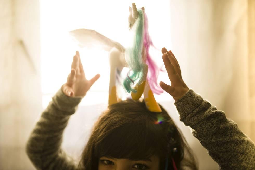 La niña con un unicornio, uno de sus juguetes preferidos.