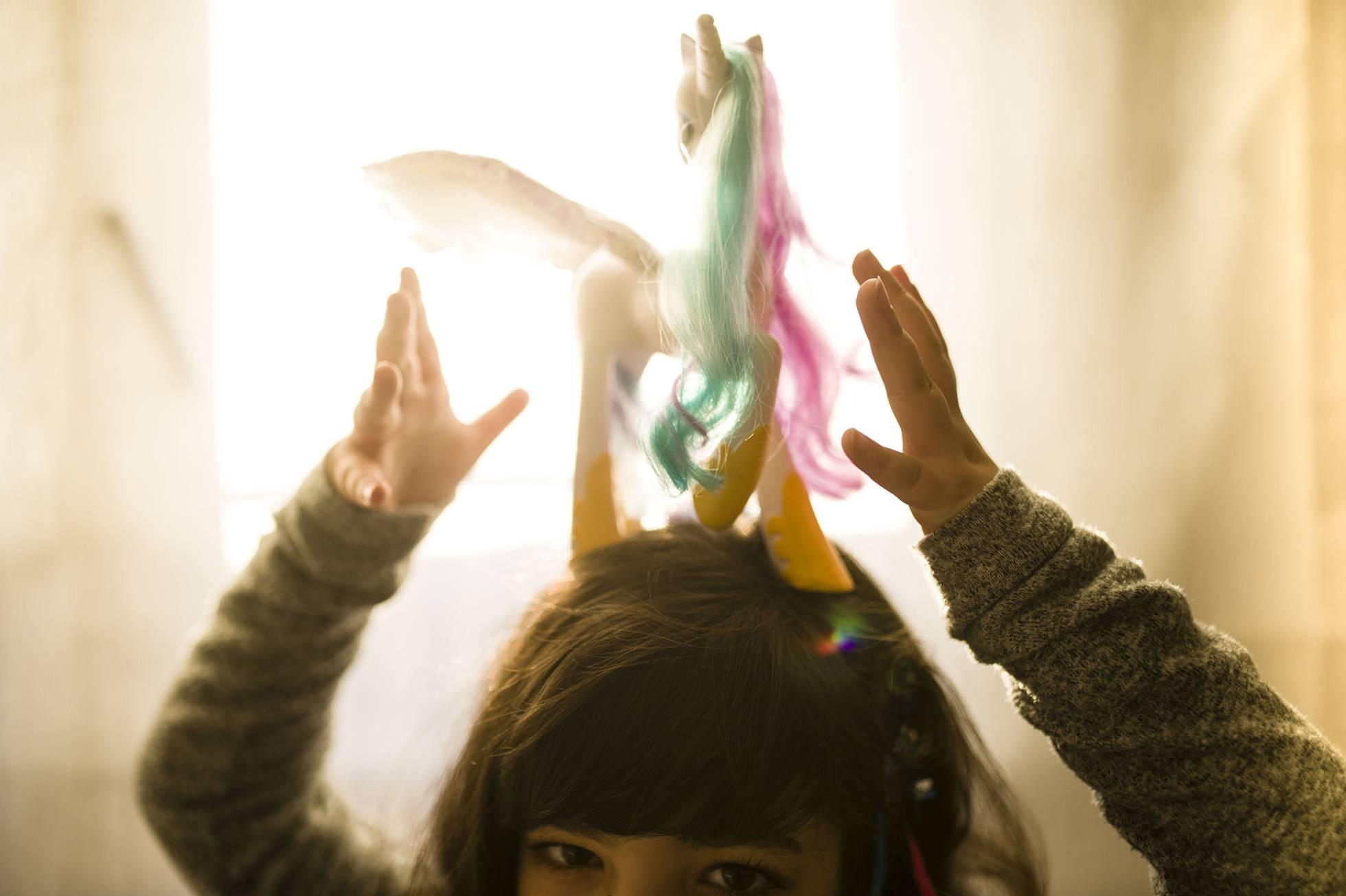La niña con un unicornio, uno de sus juguetes preferidos. GABO CARUSO