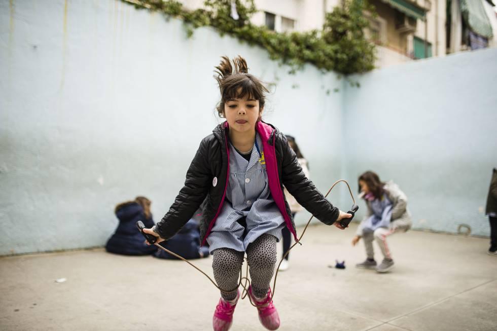 Cora salta a la comba en el recreo en su colegio. GABO CARUSO
