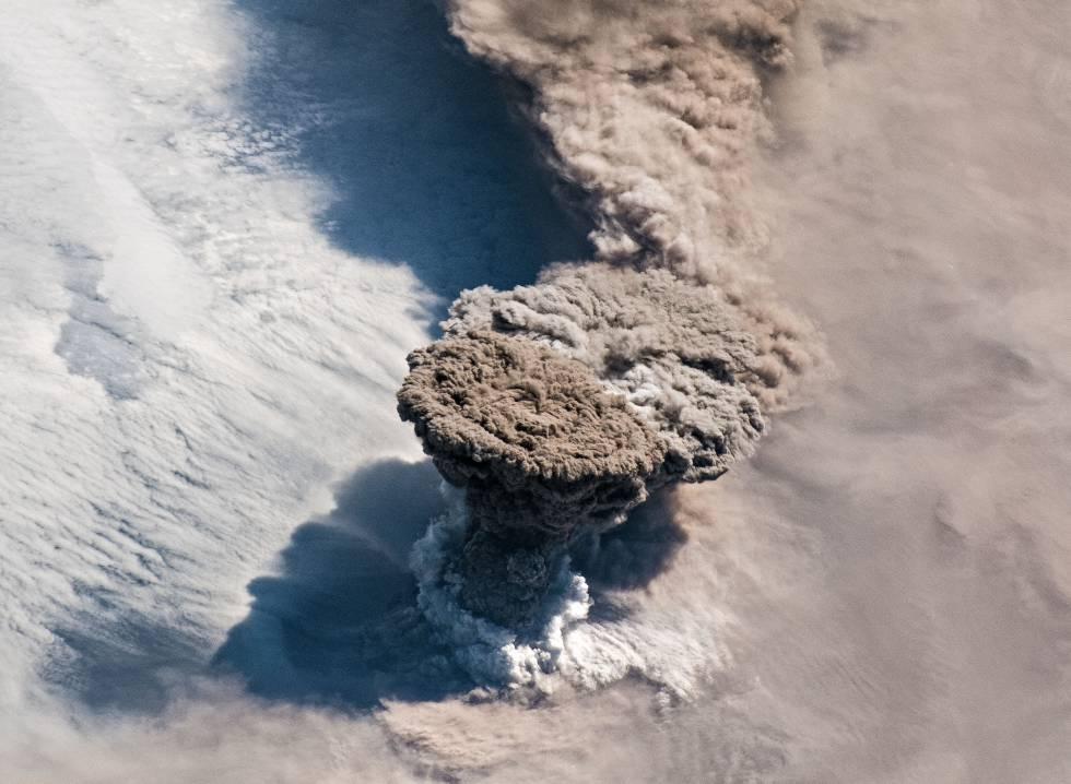 Hasta el siglo XX, cuando fueron reemplazados por los humanos, los volcanes eran los principales disruptores del clima. En la imagen, la reciente erupción del Raikoke, en las Kuriles.