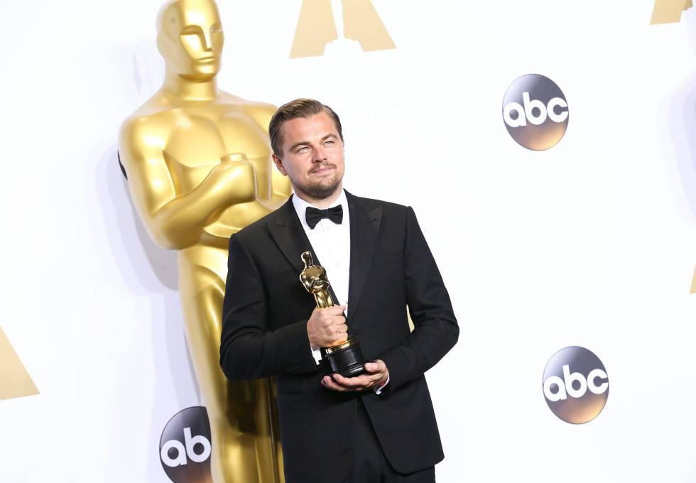 Leonardo DiCaprio con su Oscar por 'El Renacido', en febrero de 2016.