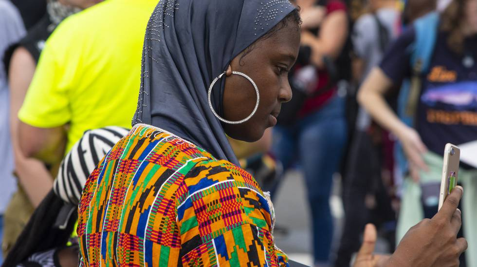 Una mujer luce tela kente, típica de Ghana.