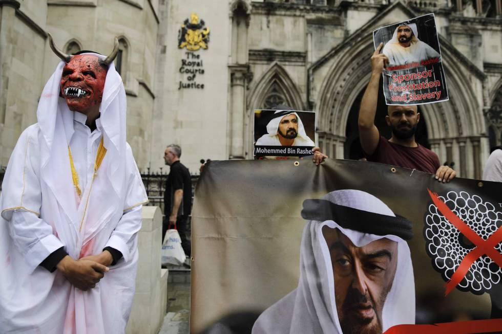 Un grupo de personas se manifiesta contra el jeque Mohamed bin Rashid Al Maktum en la puerta del Alto Tribunal de Justicia de Londres, el 30 de julio de 2019.