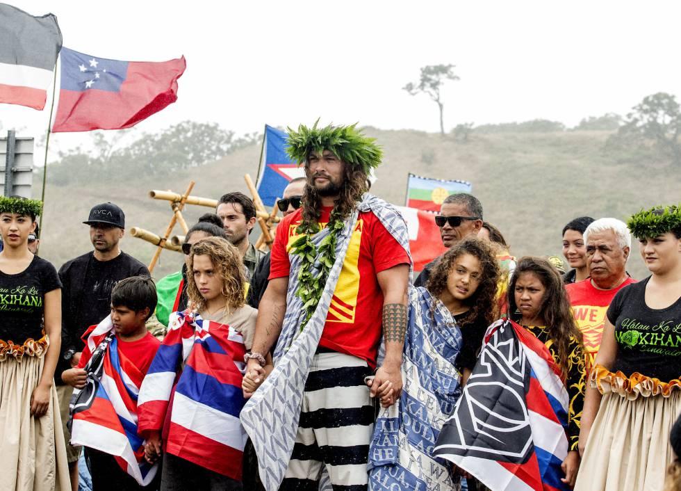 El actor hawaiano Jason Momoa visitó el miércoles a los manifestantes para mostrarles su apoyo.