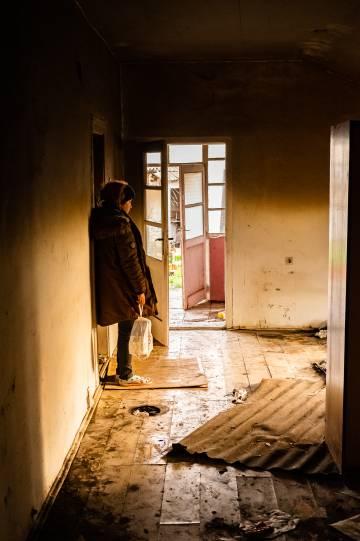 María en el edificio abandonado de Sid donde donde pasaba las noches.