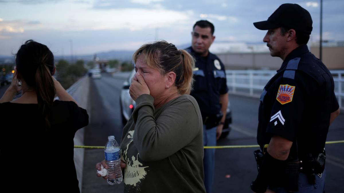 Una mujer llora cerca del lugar del ataque.