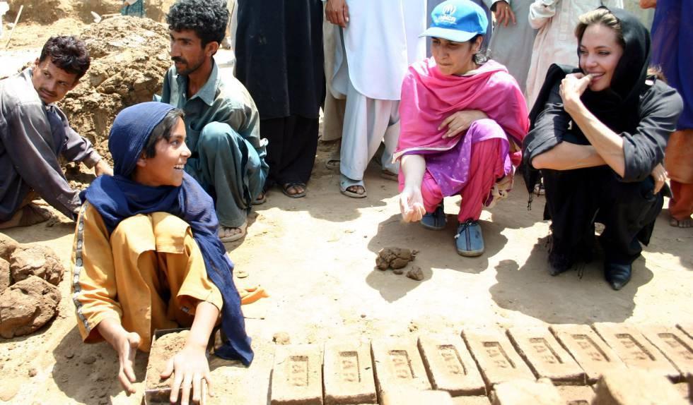 Angelina Jolie, con refugiados en Pakistán.