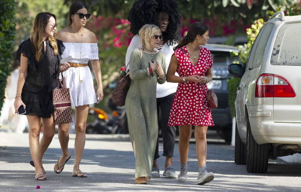 Ana Antic, con Adriana Lima, Eugenia Martínez de Irujo y su hija Cayetana por las calles de Marbella.