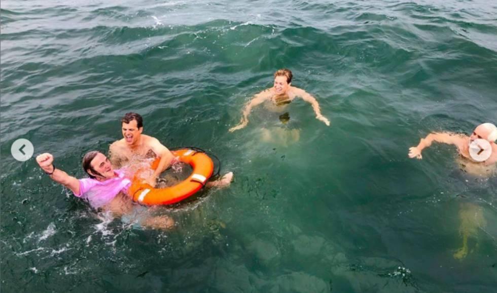 Paul Hill, en el mar, rodeado de la familia Kennedy tras el salto en honor a su hija.