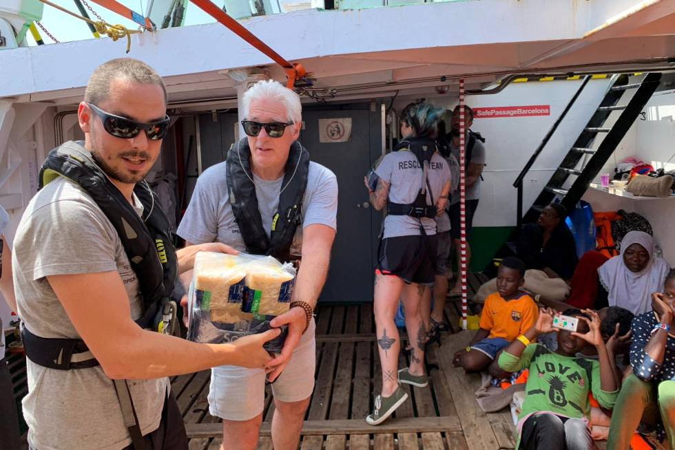 Richard Gere llevó paquetes de comida para los inmigrantes rescatados en el mar y la triupalción del 'Open Arms'.