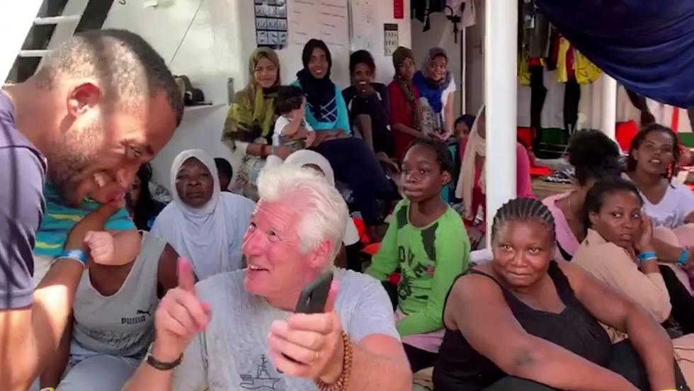 El actor Richard Gere con algunos de los inmigrantes y miembros de la tripulación del barco humanitario español 'Open Arms'.rn