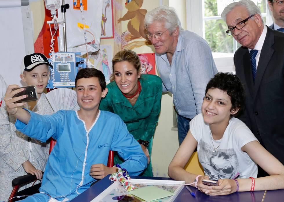 Richard Gere y Alejandra Silva se hacen un 'selfie' con algunos chicos ingresados en el Hospital Niño Jesús de Madrid.