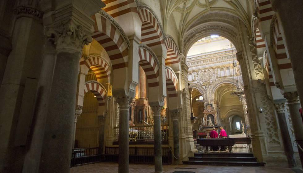Sacerdotes en el interior de la Mezquita-Catedral de Córdoba.