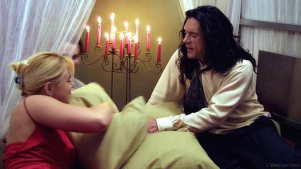 El protagonista, Johnny, y la novia del protagonista, Lisa, de 'La habitación' en la cama, escenario principal de la película.