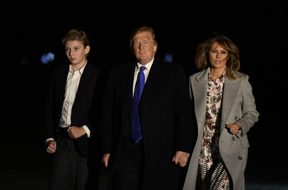 Donald y Melania Trump, junto a su hijo Barron, en Washington, en febrero.