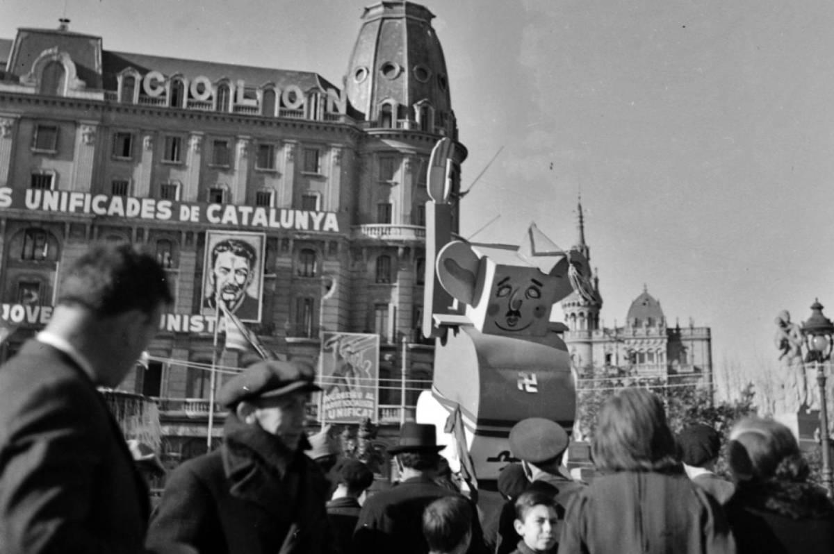 Un muñeco caricatura de Franco, en 1937 en la Plaza Catalunya de Barcelona.