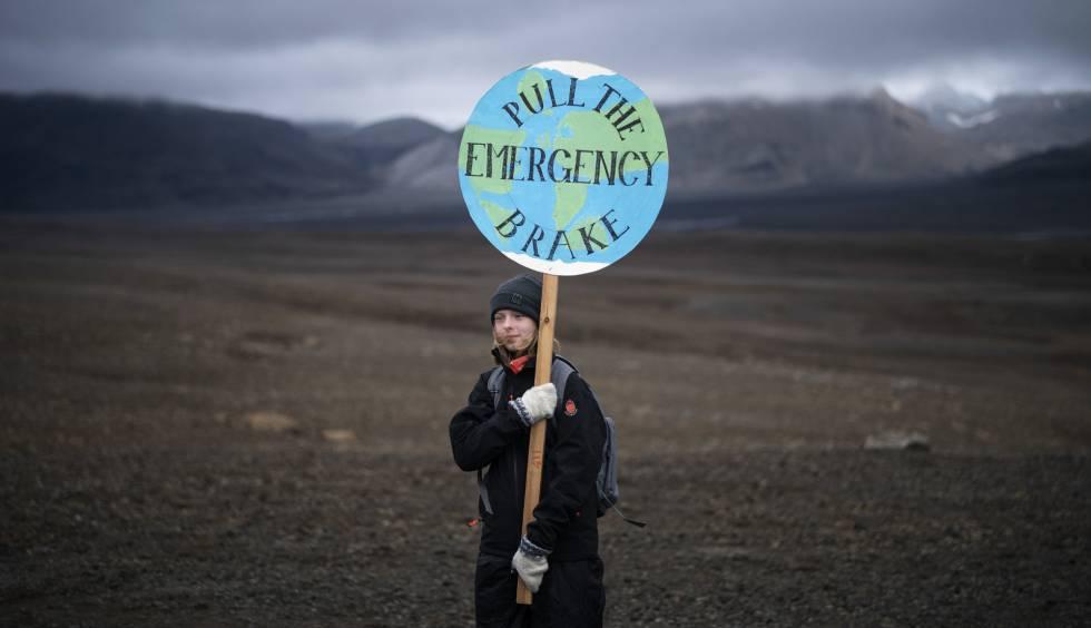 Un niña sostiene una pancarta alertando de la emergencia climática durante una ceremonia en el área que un día ocupó el glaciar Okjokull, en Islandia el 18 de agosto. Este ha sido el primero del país en desaparecer.