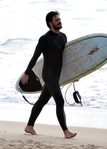 El actor Hugo Silva, surfeando en las playas de Cádiz.