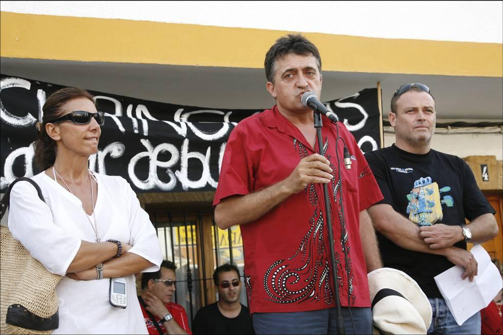 Pastora Vega, El Gran Wyoming y Pablo Carbonell, durante la manifestación en contra del cierre de los chiringuitos de Zahara de los Atunes, en 2006.