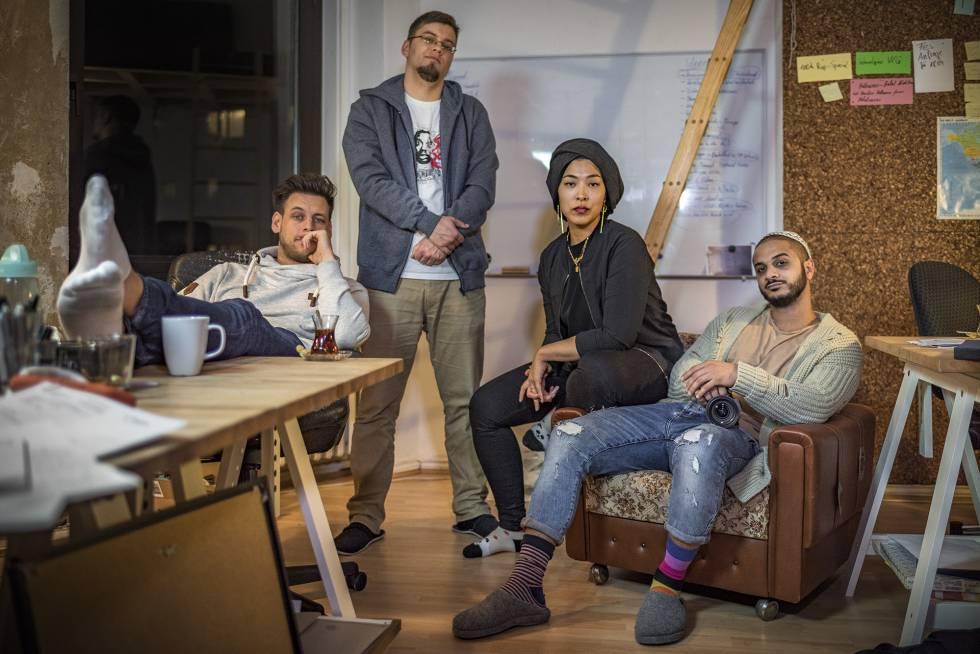 Miembros del colectivo audiovisual Datteltäter, que producen un exitoso vídeo semanal de sátira musulmana emitido por YouTube.