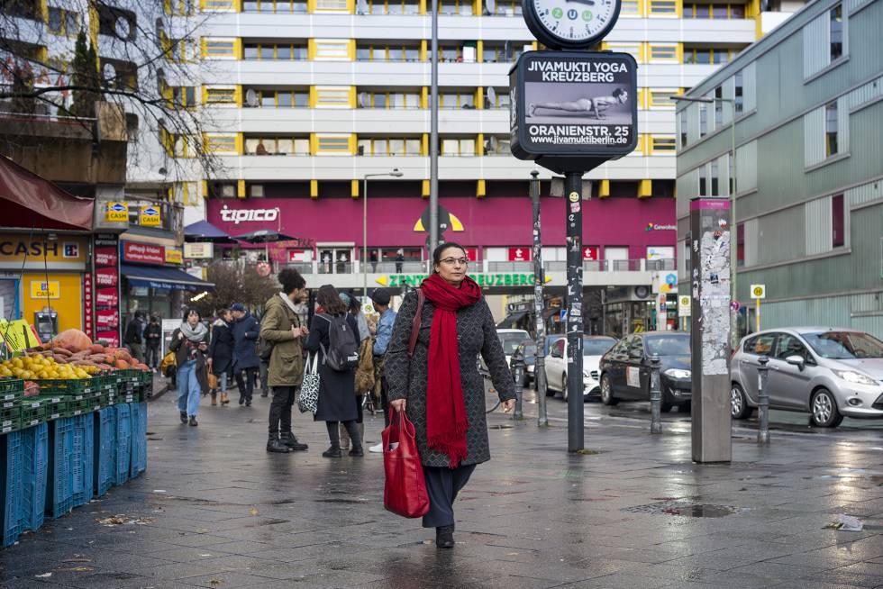 La profesora Riem Spielhaus camina por Kreuzberg, un barrio con una amplia comunidad musulmana.