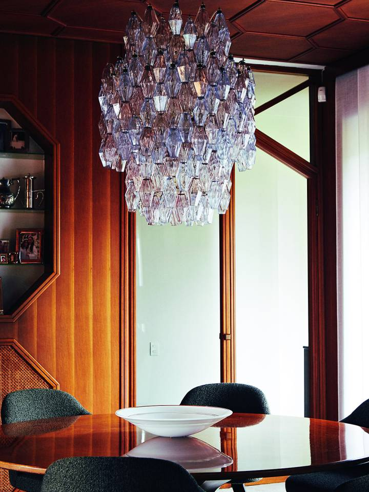 La lámpara de Murano cuelga en el comedor sobre una mesa diseñada especialmente para la casa. | GIANFRANCO TRIPODO