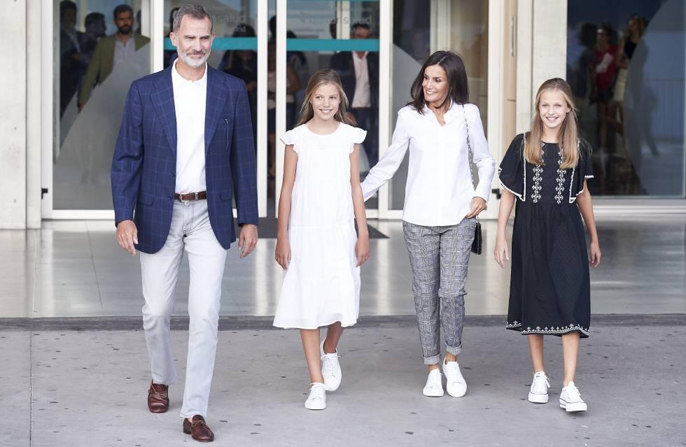 Los reyes Felipe y Letizia con sus hijas la infanta Sofía y la princesa Leonor, en la entrada de la clínica Quirón el pasado martes.