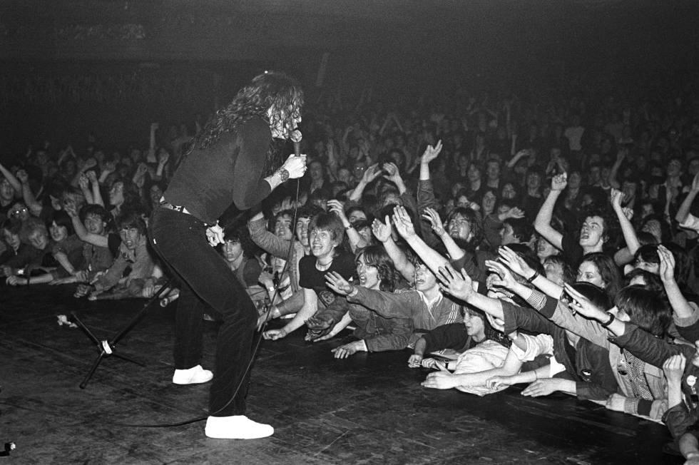 La audiencia queriendo coger un trocito de David Coverdale en un concierto de Whitesnake.