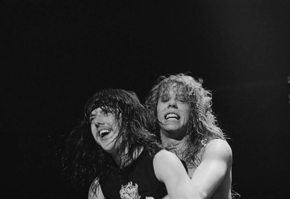 El guitarrista y cantante James Hetfield se agarra del batería Lars Ulrich en un concierto de Metallica en Holanda, en 1984.