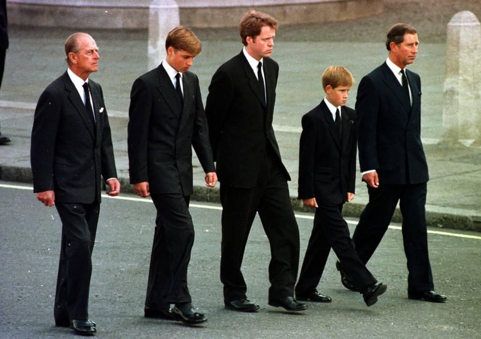 Felipe de Edimburgo, el príncipe Guillermo, el conde Spencer, el príncipe Enrique y el príncipe Carlos en el funeral por Diana de Gales, el 6 de septiembre en Londres.