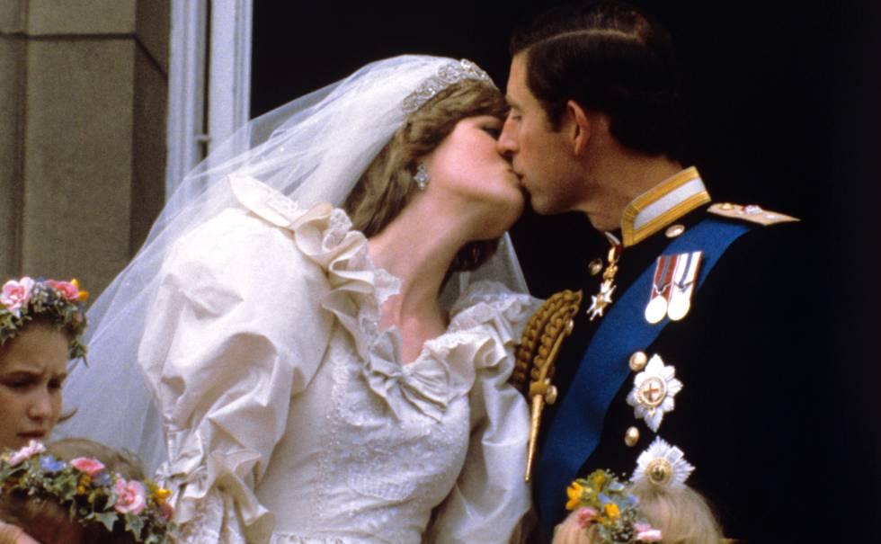 Los príncipes de Gales se besan en el palacio de Buckingham tras su boda, celebrada en la catedral de San Pablo en Londres el 27 de julio de 1981.