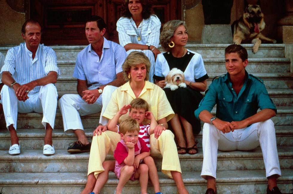Los príncipes Carlos y Diana y sus hijos en el palacio de Marivent, en Mallorca, en agosto de 1987.