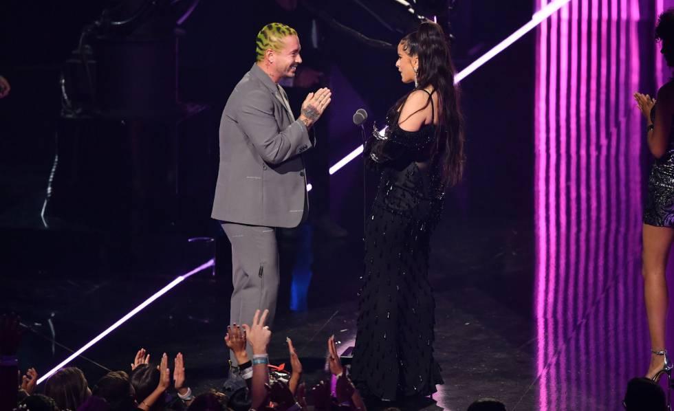 J Balvin y Rosalía en el escenario de los MTV Video Music Awards celebrados en Nueva Jersey el 26 de agosto.
