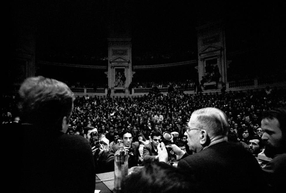 Jean- Paul Sartre interviene en la Universidad de la Sorbona en mayo de 1968.