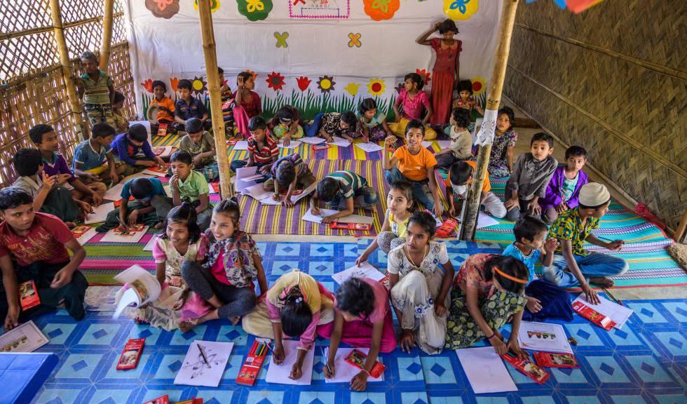 Un grupo de niños rohingya, en clase.