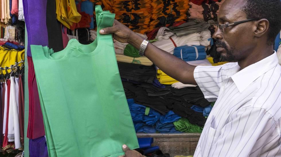 Un vendedor de bolsas biodegradables en el mercado de Kariakoo muestra algunos de los modelos que tiene a la venta.
