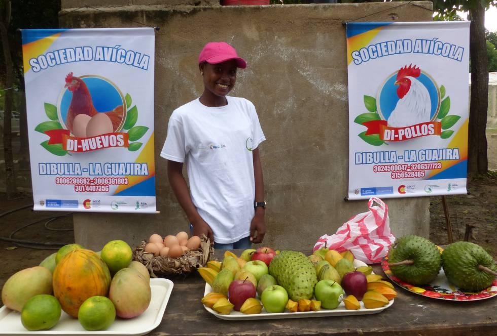 Una de las socias de las entidades avícolas lanzadas por jóvenes, en Dibulla.