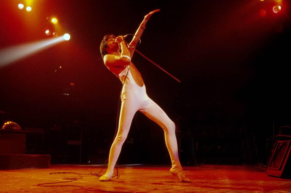 Día de Año Nuevo de 1977. Tras pasar toda la noche de celebración, Freddie Mercury se sube al escenario del Madison Square Garden de Nueva York y arrasa. Tenía 31 años.