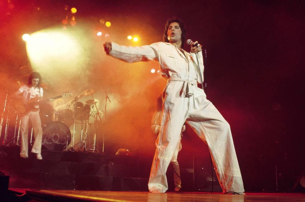 Mercury en un concierto de finales de los setenta, esta vez con un mono de trabajo blanco anudado con un cinturón de artes marciales. Cuando se cubría el cuerpo, el cantante de Queen lo hacía a conciencia.