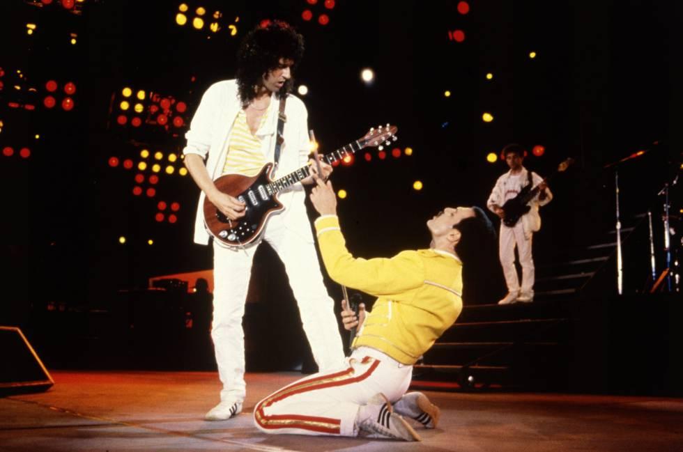 En 1985, Queen había protagonizado un concierto histórico en Live Aid. Al año siguiente, 1986, el grupo revienta el estadio de Wembley en Londres, al que pertenece esta fotografía. Esa imagen de Freddie Mercury con chaqueta amarilla, pantalón blanco y zapatillas Adidas es parte fundamental de la historia del rock.