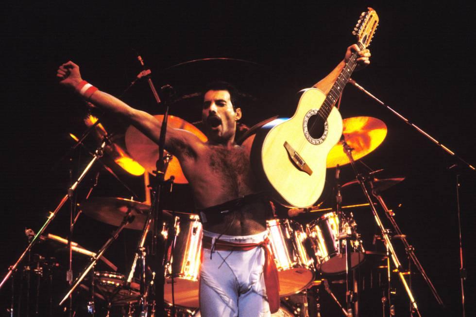 Pocas veces cogía Mercury la guitarra en el escenario. Otra cosa es el piano, que sí lo tocaba con frecuencia. Uno de los temas donde el cantante se exhibía (es un decir, porque no era un gran guitarrista, ya tenía suficiente con todo lo demás) con las seis cuerdas era 'Crazy little thing called love'. El concierto de esta imagen pertenece a 1982.