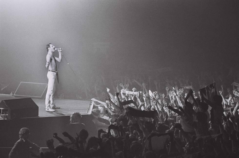 El rey Mercury sometiendo a la aundiencia en un concierto de 1982 en Holanda.