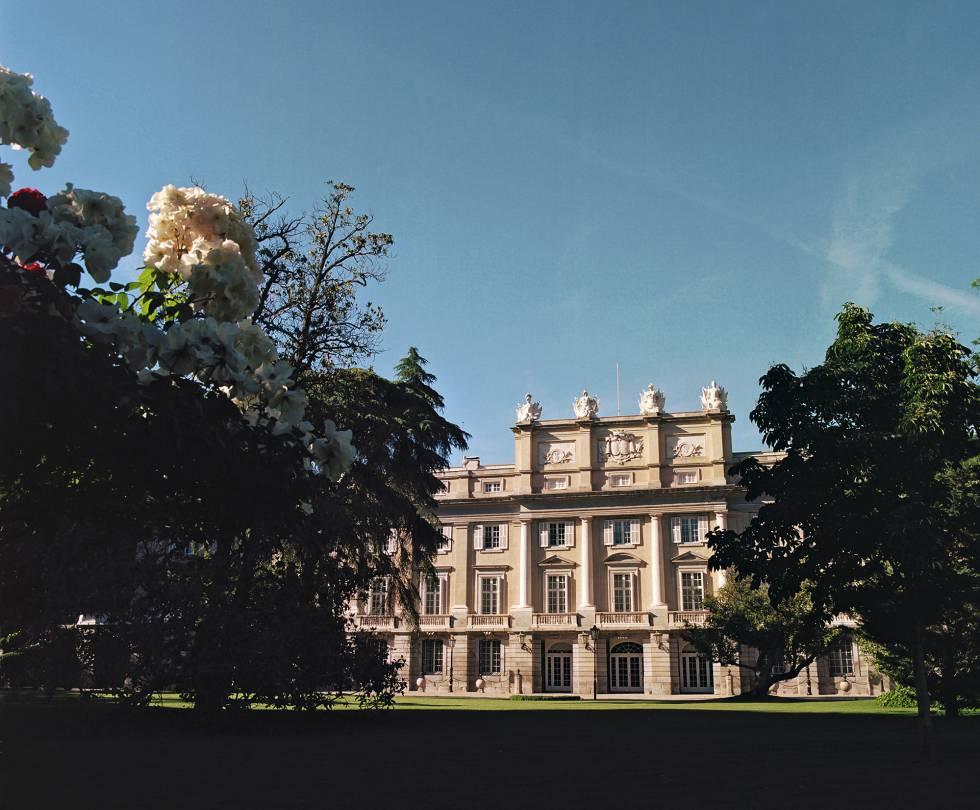Fachada y jardines del palacio de Liria, en el centro de Madrid.