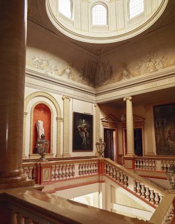 Escalera central del palacio, con la estatua romana de Afrodita Genetrix.