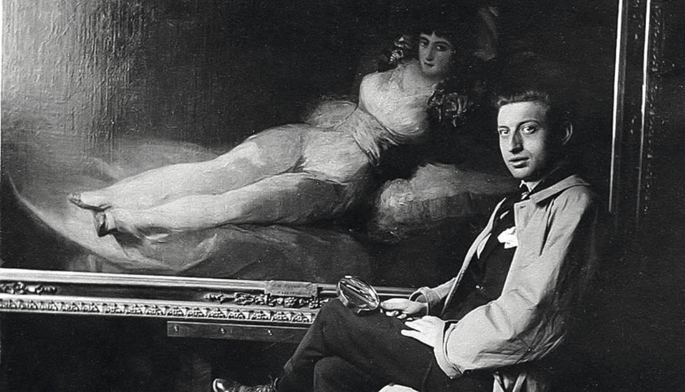 Manuel Arpe y Retamino, junto con 'La maja vestida', pintada por Goya, que el restaurador intervino antes de su marcha acompañando al Tesoro Artístico durante la guerra civil española. Desde 1922, Arpe y Retamino fue uno de los especialistas que velaron por la conservación del patrimonio del Museo del Prado.